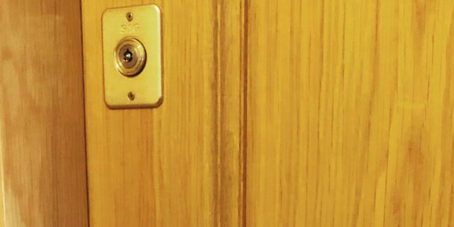 Segunda cerradura en puerta blindada